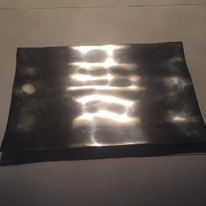 Flot fad fra Stelton i rustfrit stål, med «bølger» mål: 42x28 cm