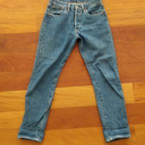 Jeg har brugt bukserne et par enkelte gange. Ingen slitage.  Levis 501 dame model.  W 30 L 32
