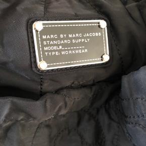Stor taske, kan bruges som arbejds, pusle eller weekendtaske. Pæn stand men har et mikro hul på bagsiden se sidste foto, derfor sat som slidt. Pris 300 inkl.