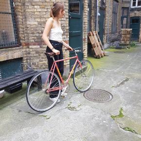 Super super fed retro cykel 1/2 år gammel fejler ingen ting, men styrets lœdder er slidt af som billederne også vises på Den har to gear som man skifter ved pedaleren så det enkle minimalistiske look holdes  Her selv valdt delene så den er helt unik  Sœlger den kun fordi jeg gerne vil have en dame cykel!!!! Ny pris 4.500