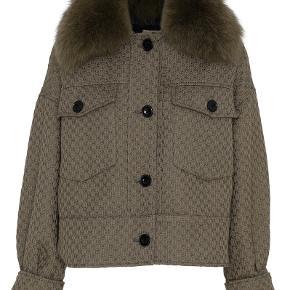 Overvejer at sælge min meotine jakke. Kom med et bud!! Størrelse xs/s