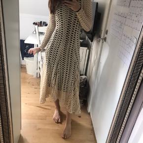 Smuk kjole som sidder perfekt! Den er stor i størrelsen derfor er det også en XXS, passer en 34-36. Der er ingen skader eller slid, da den aldrig er blevet brugt