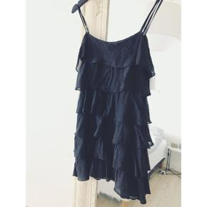 Sort layers kjole  Købt i Italien  Passer str. S/M  Kan hentes på Østerbro El. sendes med DAO +38kr