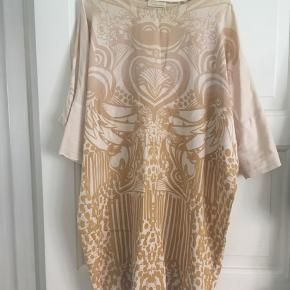 Fin klassisk kjole fra Goya. Har ingen pletter og er i god stand.  Størrelsen hedder M/L.   Mp umiddelbart 500 (nypris ca 2000).