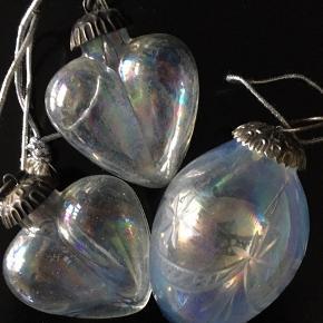 Diverse jule 'kugler' i glas med perlemoreffekt. Mest ligget i æsker. Mindstepris 50 kr pp. Bytter ikke.