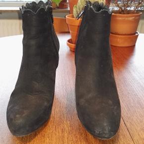 Varetype: Højhælede plateau støvletter, Støvler, støvletter, skoletter Farve: Sort Oprindelig købspris: 1499 kr. Nyprisen er estimeret.  Størrelse: 37 Hæl bagpå: 10,4 Materiale: skind Mærke: Shoe Biz Copenhagen, Shoebiz, undermærke af mærket Gardenia Vægt: 667 gram.    Beskrivelse: Højhælede støvletter med lynlås på indersiden.  Der er en buet kant øverst, det er så fin og feminin en detalje. De har fået nye såler, det kostede 350 kr.  De har et lille hak bag på den ene hæl. Der er plateau indeni.   Klik på Køb nu knappen og køb med det samme. Hvis der er mere på min profil du ønsker at købe med, tilføjer du blot det.  Mine annoncer er delt op i kategorier, dvs. alle jeans, jakker, kjoler etc. er samlet på profilen. Scrol og se alle ting i shoppen.