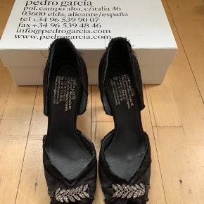 Smukke klassiske Pedro Garcia stilletter i sort satin med sten.  Kun brugt en gang.  Str. 40 Hælhøjde 8 cm  Nypris 2300,-  Sælges for 450,-  BYTTER IKKE !!! Køber betaler evt forsendelse