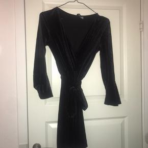 Flot sort velour kjole. Kan bruges til adskillige anledninger og bliver aldrig kedelig😍