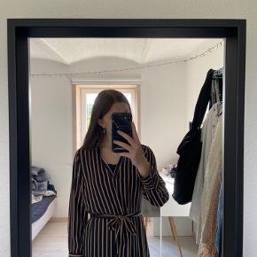 Kjole med bindebånd fra only, BYD