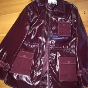 Lækker jakke fra ganni, som desværre bare hænger i skabet og som fortjener en ny ejer. Den er næsten aldrig brugt  HURTIGT KØB 1500