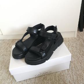 Anna field sandaler Brugt en gang så fremstår som nye Køb dem for 188inkl fragt :)   Se min shop for andet vintage tøj så som nike Adidas Thrasher Levis champion og stussy
