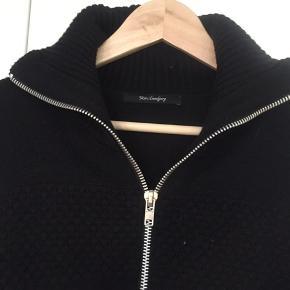 Sælger denne klassiske lynlåstrøje/cardigan (med 'sømands knit' og krave). Skriv endelig, hvis spørgsmål måtte haves :)