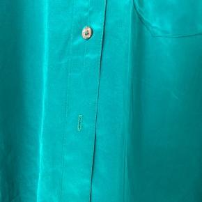 Smuk grøn vintage silke skjorte sælges! Passer str S-M. Fremstår mere grøn i virkeligheden. Mangler en knap nederst (se billede 2), men ellers fremstår den uden nogen form for slid!