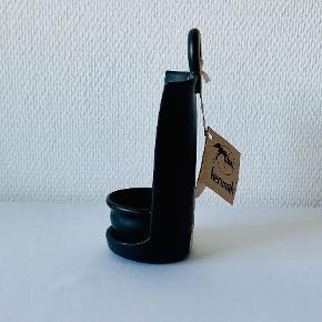 Et skønt stykke unika stentøj fra Mika Keramik ved Marika Nylander. Brug det enten som et saltkar eller som en lysestage. Kan både stå på bordet og hænge på væggen. I stentøjet er udført kendingsmærke af Glimmingehus. Højde: 18 cm Bredde: 7 cm Dybde: 7 cm
