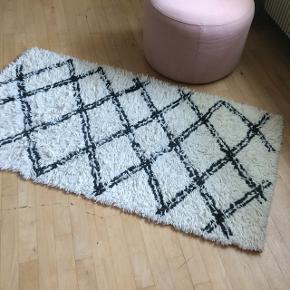 Grafisk gulvtæppe   Købt gennem Coop shop  • 75 x 150 cm  • Natur / Sort  • Ny pris 400 ,-