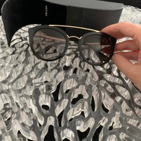 Prada PR23SS CINEMA 1AB0A7 Black/Gold Størrelse 52-22.  Sælger mine Prada solbriller da jeg ikke får dem brugt. De er to år gamle og fejler intet – kvittering haves.