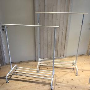 Garderobestativ, IKEA  Har du også for et stativ til noget af alt dit tøj, så du funktionelt og enkelt kan få styr på det?  Så er de her stativer måske lige sagen?  Det er nemt at indstille tøjstativets højde, så det passer til dig. Det kan låses i forskellige niveauer.  Der er plads til bokse eller 4 par sko på hylden nederst.  Mærke: IKEA Model: Rigga Farve: Hvid Størrelse. B 110 x D 50 x H 125 - 175  Nypris: 149 kr/stk = 348 kr ialt  Brugt meget lidt. Fremstår rigtig pænt.  NB: Prisen er for begge stativer