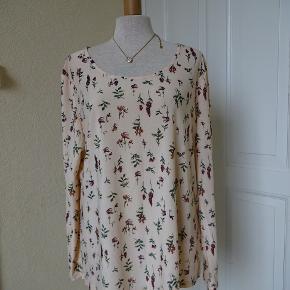 Bluse med lange ærmer sælges, brugt få gange. Bytter ikke. Brystmål:56x2 talje:53x2 kan gi`sig Hofter:55x2 Længde: 64 95% polyester 5% Elasthan. Se også de andre annoncer jeg har i BIB