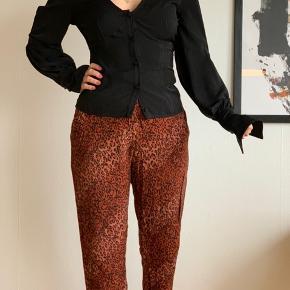 Super fede bukser i fedt mønster. Passer også small og en lille medium.