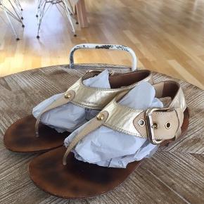 smukkeste sandaler fra boutique9/nine west købt hjem fra usa  jeg bruger norm 38 og passer dem jeg bytter ikke