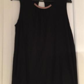 """Brand: ? Varetype: bluse Farve: Sort  Sort bluse med """"spænde"""" foran, aldrig brugt"""
