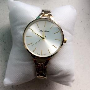 Smukkeste Calvin Klein dame ur til salg i guld farve. Aldrig brugt! Stadig med folie. Batterier er helt nyt! Kun prøvet på men lidt lille på mig.. øv øv  Np 1900 kr  Sælges billigt nu til 900 kr  Kvittering haves ikke mere og hellere ikke æske