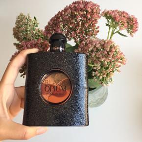"""Yves Saint Laurent """"Black Opium"""" 90 ml. eau de parfume 🦚 Nypris: 914 kr.  Byd gerne kan enten afhentes i Århus C eller sendes på købers regning ✉️📮"""