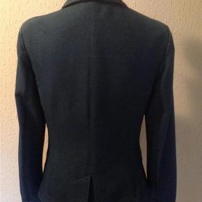 Varetype: Blazer Farve: Blå  Blazer i Jersey stof og med satin foer. Vaskeanvisning klippet af. Kun brugt få gange, er næsten som ny, rå udseende. Hel længde bagpå 59 cm.