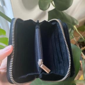 Sort ruskinds pung fra nunoo sælges da jeg ikke bruger den mere. Np: 340 Mp: 120 BYD!