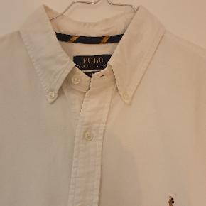 Klassisk hvid Oxford skjorte i str. L. Skjorten er slim fit. Skjorten er næsten ikke brugt og kun vasket et par gange
