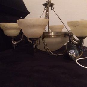 Flotteste ældre lysekrone i messing med glasskåle. 6 arme med elpærer, stor underskolen med 3 elpærer.   Kan hentes i 6710 eller 6700.