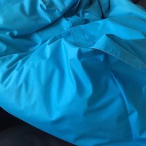 Meget velholdt sækkestol fra SACKit i flot turkis. Farven er ikke falmet og den har altid været i 100% ikke-ryger hjem. Trænger til lidt mere fyld men el super stand.