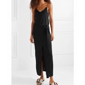 Super fin sort kjole med bindebånd, stadig med mærke. Nypris omkring 1.100 kr.