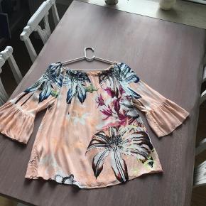 Varetype: Bluse Farve: Multi Oprindelig købspris: 799 kr. Prisen angivet er inklusiv forsendelse.  Brugt og vasket en gang, men desværre klæder farven mig ikke. Har også kjolen til salg.