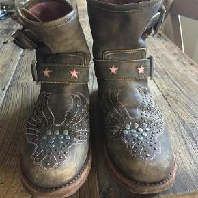 Brand: Sancho boots Varetype: støvler Størrelse: 7 Farve: se billede  Fede biker støvler..  Bytter ikke..  Pris 250 pp via mobilepay.. Sender med Dao..