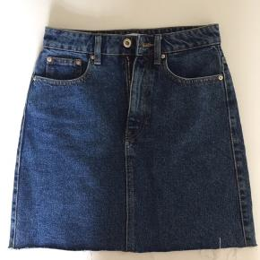 ZARA Trafaluc denim mini skirt med rå kan str S