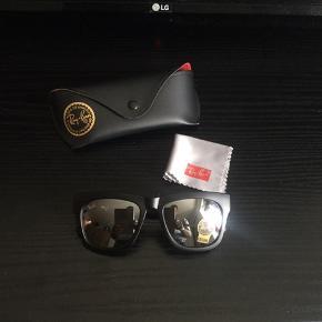 """Solbriller sælges..    Sorte Ray Ban """"lignende"""" solbriller, med spejlrefleks glas, sælges..    Har fået dem i fødselsdagsgave, men da jeg i forvejen har en skuffe fuld af andre, sælges de..    De er som det kan ses helt nye og ubrugte..   NB : ikke original Ray Ban!     SE OGSÅ ALLE MINE ANDRE ANNONCER.. :D"""