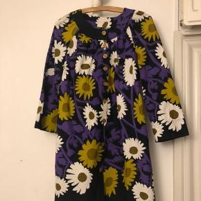 Super fin kort kjole i bomuld. Mangler en enkelt knap. Pris 300 inkl porto