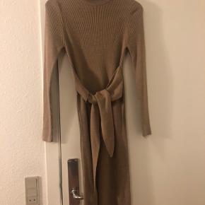 Fin kjole, god men brugt. Kan sendes eller afhentes i Århus c eller Århus n