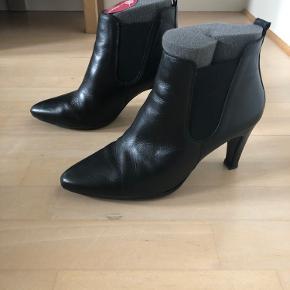 Korte støvler med behagelig pasform. Hælhøjde 8 cm. Lidt skrammer v snude men ikke noget der skæmmer.