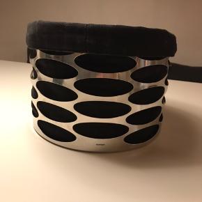Stelton embrace frugtkurv i stål med sort stofpose. Lettere brugt men i pæn stand. Stofposen har været vasket et par gange.  Kan sendes med DAO for 40kr.