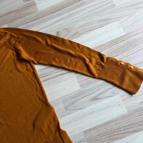 Rigtig blød og let trøje fra vero moda. Har pynteknapper på ærmer og slids i siderne