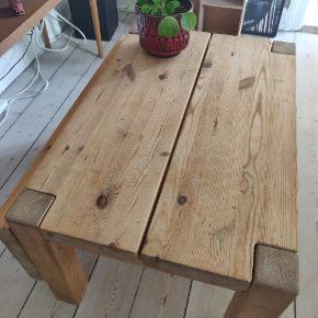 Flot sofabord med patina.  Bordet er massivt fyrretræ, med udtræk.   Måler b:90*h:60 cm (90*90 med udtræk).   Kan afhentes i Odense C.