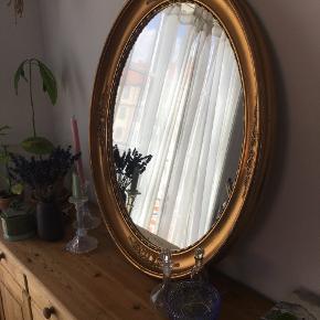 Ovalt retro spejl m. guld ramme.  Sælger mit smukke antikke spejl -  Skriv endelig hvis det er noget for dig :)  Måler 70x80