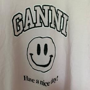 Oversize Ganni t-shirt i str. M🌸  Bemærk venligst, at prisen er fast