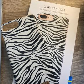 "Mega nice iPhone cover fra ideal of sweden - passer til iPhone 6/6S/7/8 PLUS. I modellen ""ZAFARI ZEBRA"". Næsten som ny, har kun få brugsspor, som de jo får. Sælges udelukkende kun fordi jeg har fået en ny mobil! Emballage medfølger ✨🖤"