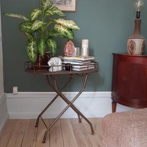 Lækkert patineret plantebord eller hjemmebar i metal 🌱  H 72 cm L 72 cm D 49 cm