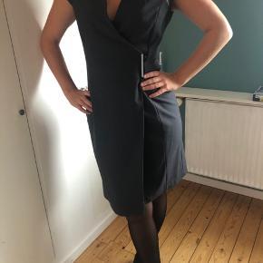 Smuk Calvin Klein kjole, passer s-m. Aldrig brugt. Med magnetlukning og v-udskæring
