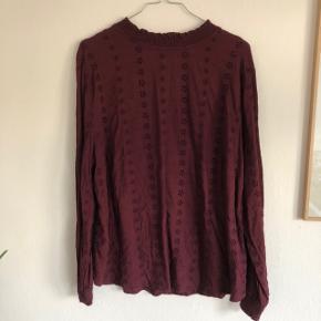 Bluse fra H&M med fint broderi mønster. En størrelse 50, men lille i størrelsen. Vil mene at den passer en XL