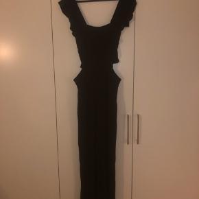 Super fin buksedragt fra Rue de Femme i str M. Jeg er 175cm og den er for kort til mig i bukselængden
